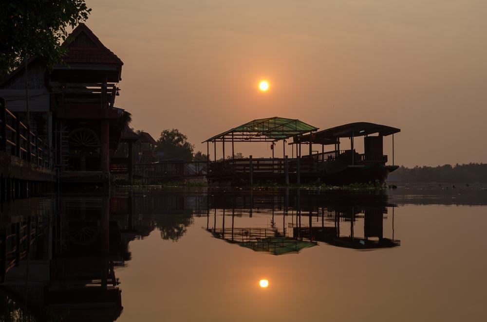 Sonnenaufgang am Fluss, Thailand