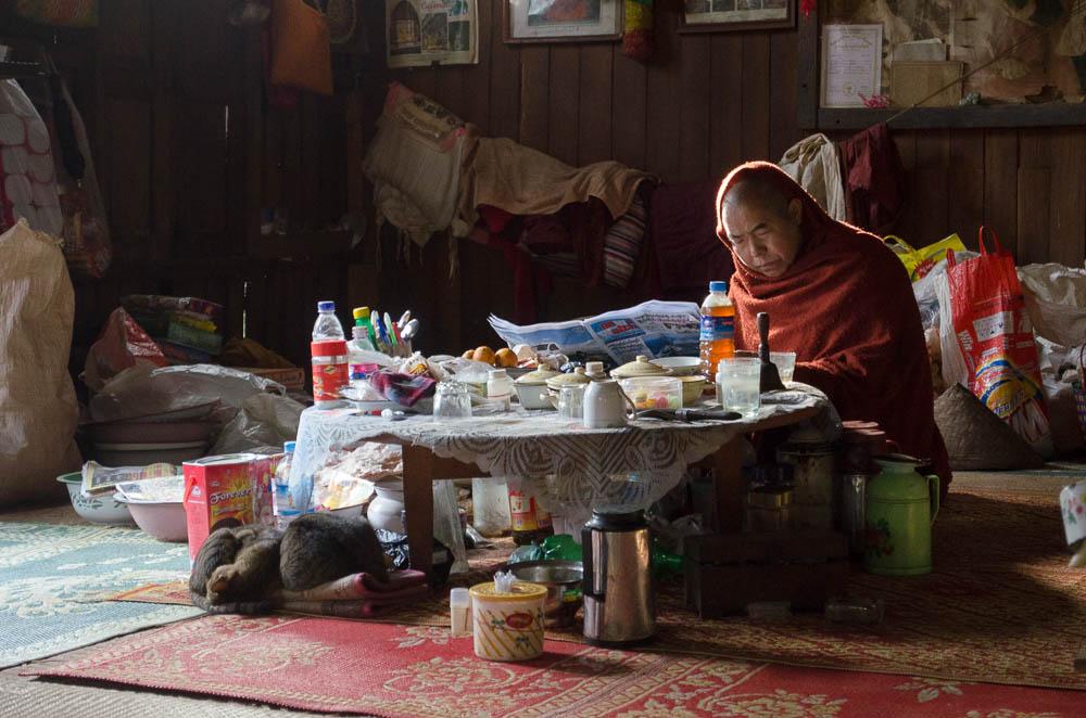 Mönch beim Zeitung lesen