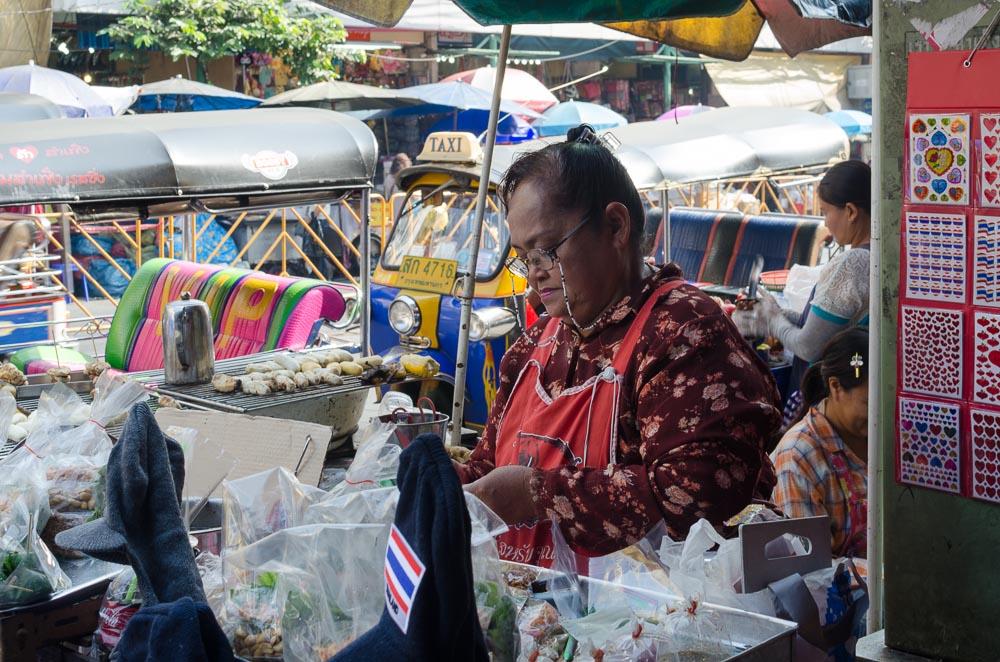 Strassenverkäuferin in Bangkok Chinatown