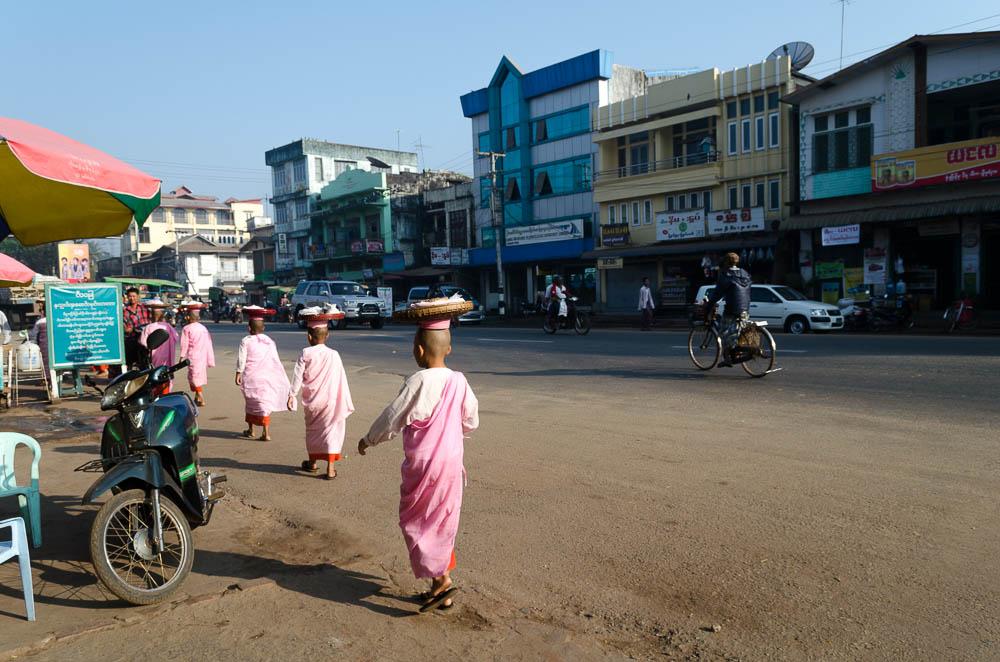 Novizen tragen pink in Myanmar