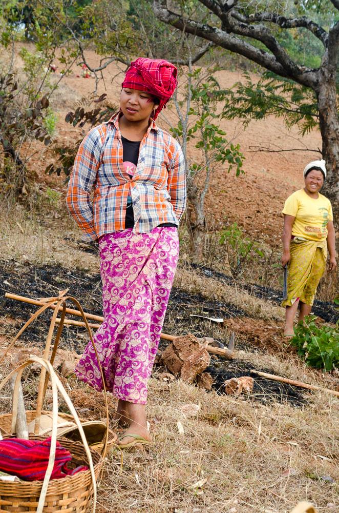 Junge Frau bei der Feldarbeit in Myanmar