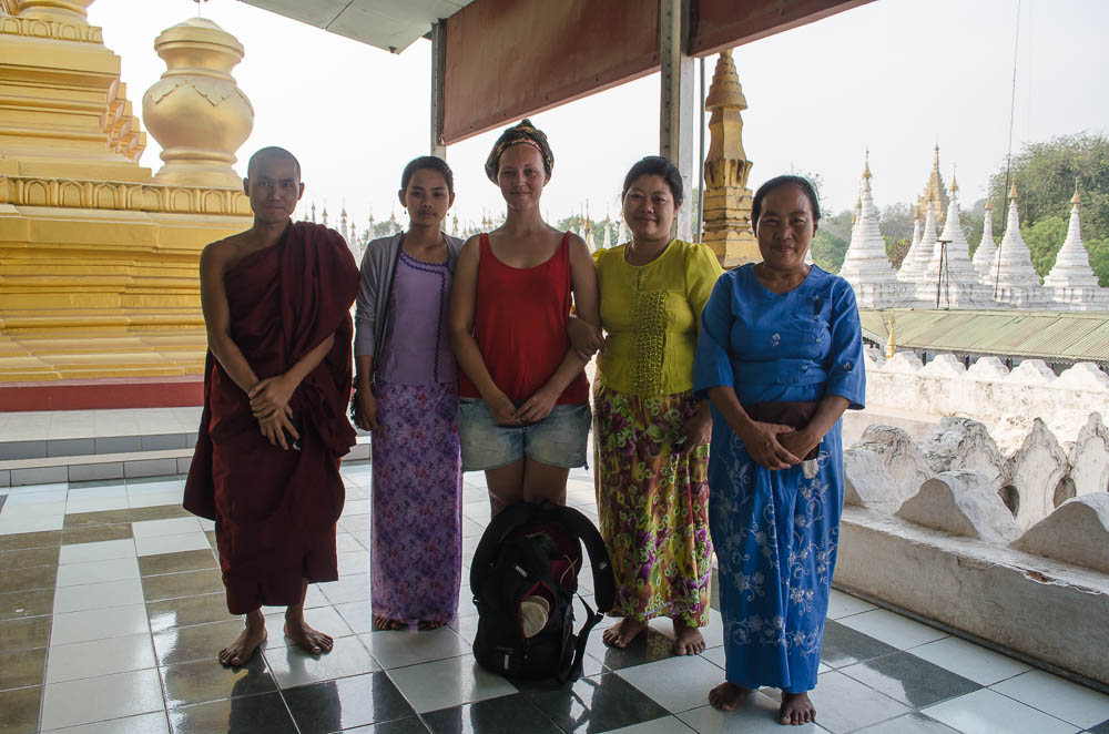 Gruppe in Tempel in Mandalay