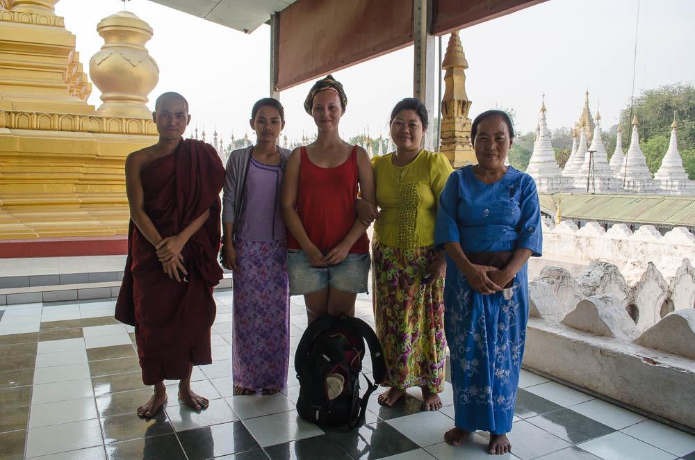 Gruppe in Tempel in Mandalay