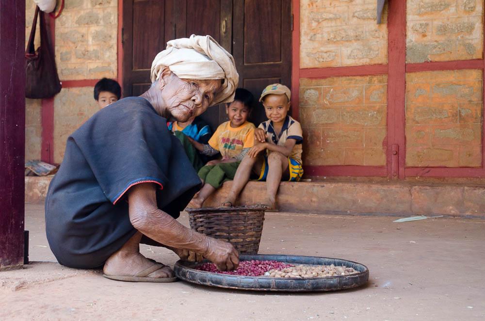 Erdnüsse schälen in Myanmar