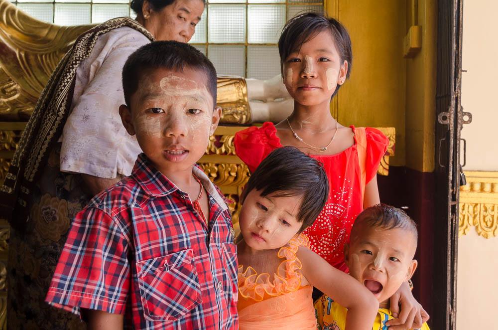 Kinder in der Schwedagon Pagode
