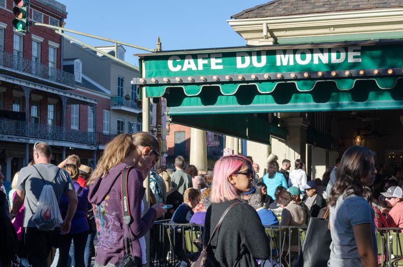 Lange Schlange vorm Cafe du Monde in New Orleans