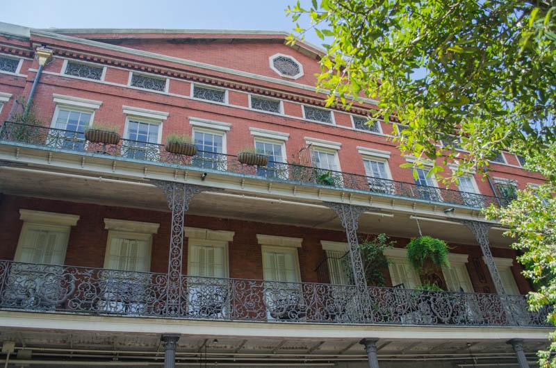 Rotes Haus mit gusseisernden Balkonen im French Quarter in New Orleans