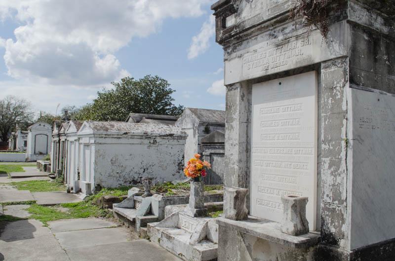 Grab mit Blumen auf dem Lafayette Friedhof No 1